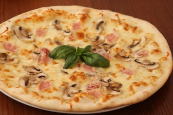white pizza with ham and mushrooms